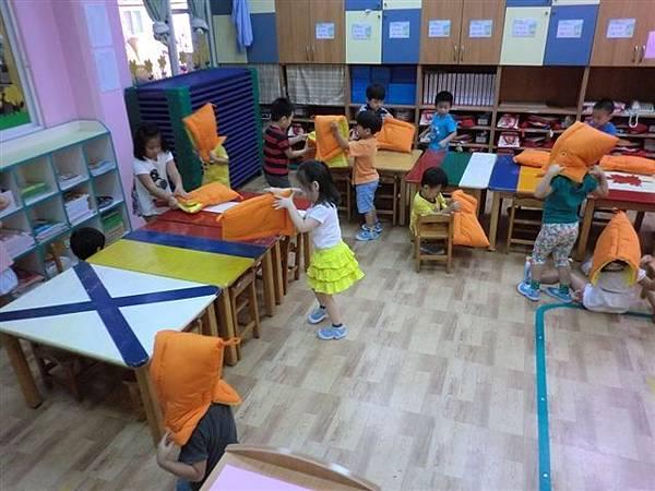9.13教導孩子地震來時如何逃生,看著孩子這麼認真的模樣~真的大大按讚!很真的記錄哦!-6.jpg