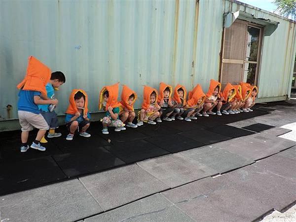 9.13教導孩子地震來時如何逃生,看著孩子這麼認真的模樣~真的大大按讚!很真的記錄哦!-7.jpg