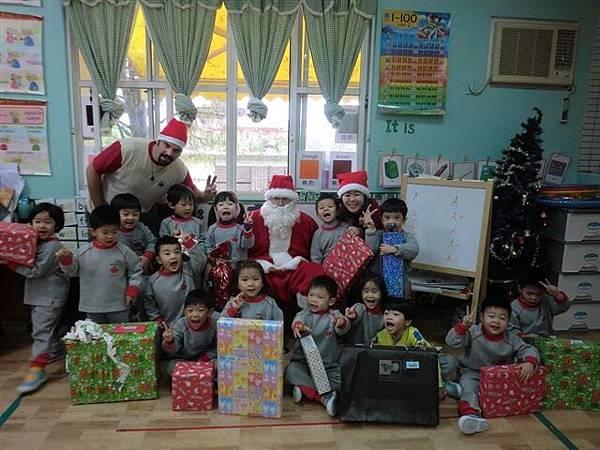 12.24聖誕老人來發禮物嘍~孩子的真是潔白的~看到一張張相信童話故事的臉~真的好美!-10.jpg