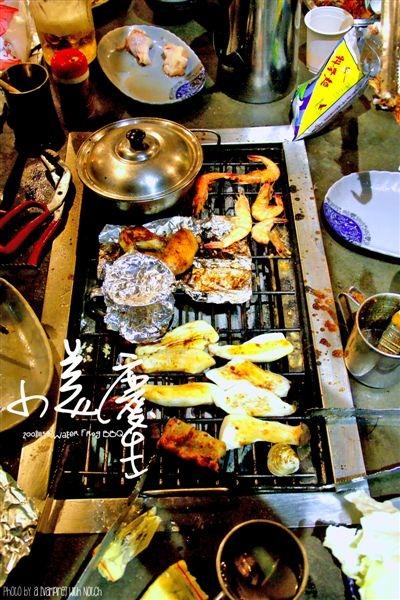 一桌子的東西,不過我們不會烤,常烤焦