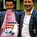 ROCHE口咬粉紅衫和車隊領導人Davide Boifava合影。