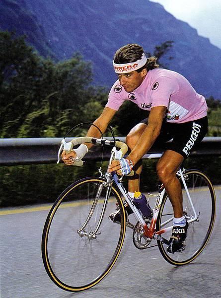 Visentini身著粉紅衫沉著的攻擊爬坡路段。carrera V-R003