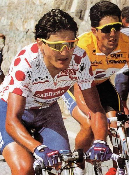 CHIAPPUCCI 在環法賽車身穿紅點衫,在登山路段領先群雄,其後是Indurain