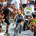 環法賽阿爾卑斯山d'Huez, Pantani在人群的圍繞下衝過終點