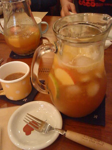 很大一壺的水果茶~~超好喝~~