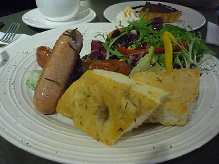 兩種香腸+芝麻菜沙拉+自製香草醬+無添加佛卡夏