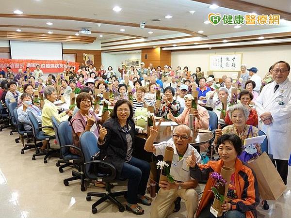 活動中也加入手作紙藝課程,上百名病友熱情參與。