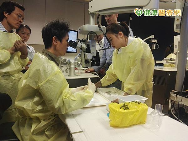 林宏洲醫師至新加坡國家眼科中心研習瑞士新型飛秒雷射技術。