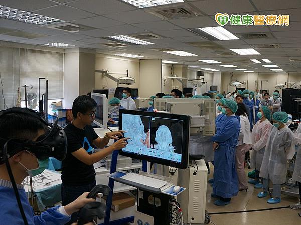 台北榮民總醫院王緯歆醫師操作VR虛擬實境跟學員講解重要解剖構造