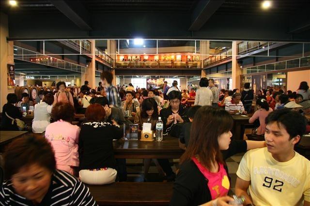 酒堡一樓試飲區開放入座之後馬上客滿