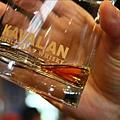 搖晃之後威士忌會在杯子內緣留下酒痕