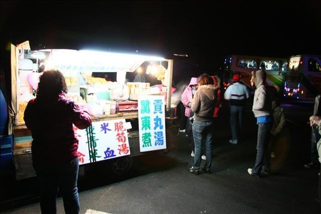 清晨二點就到達阿里山遊樂區,停車場上已經有很多攤販了