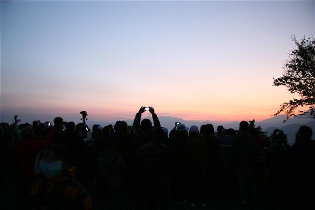 日出前祝山觀景平台上已經是萬頭鑽動了