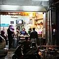 這間在民權路、瑤林街口的麵店,比起第一市場前那一攤乾淨許多