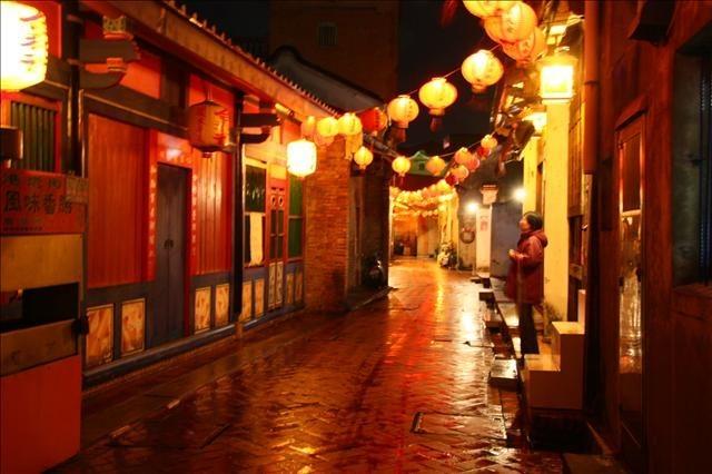 週六雨天夜晚的老街