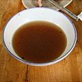攪拌過後湯的顏色變深,果然與剛上菜時不同