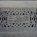 老街上的排水孔蓋也有特別的造型