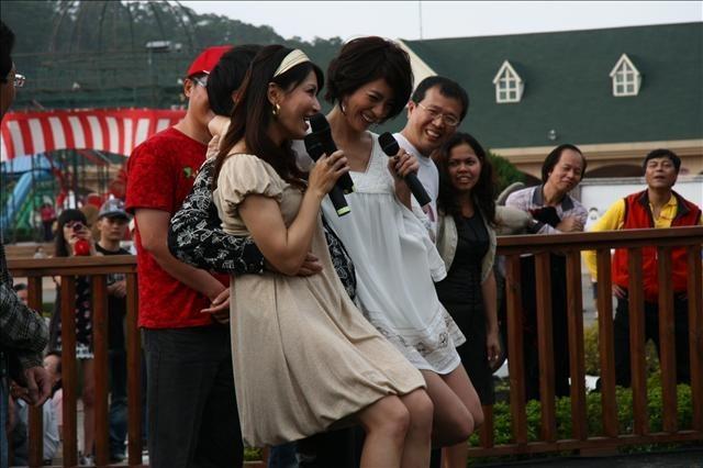 找五對觀眾上台看誰抱女伴最久,李興文先示範