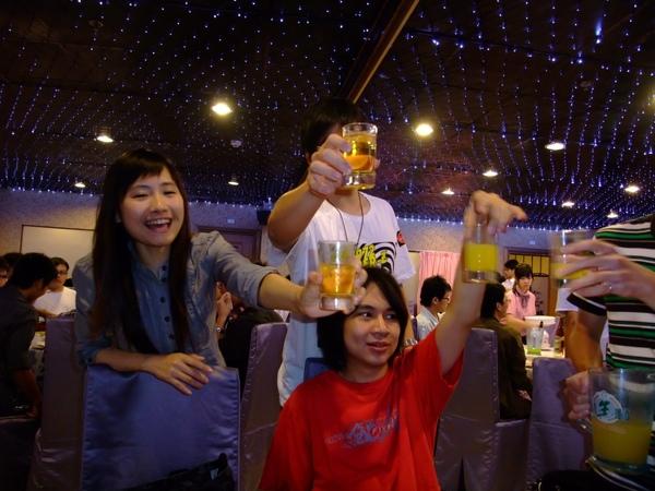 人家敬酒我們這桌敬果汁XD