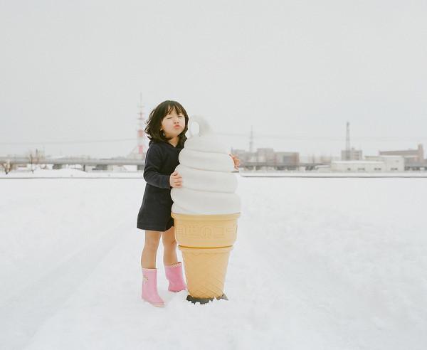 卡哇依!什麼都要親一下的日本小女孩7-600x492