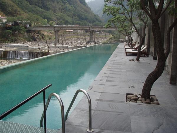 特別介紹泳池~裡面是正宗山泉水唷!!超冰的..夏天消暑好地方