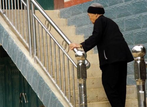老年人上樓梯