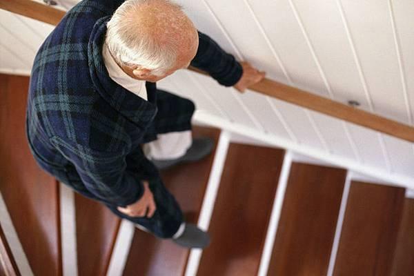 老年人下樓梯扶扶手