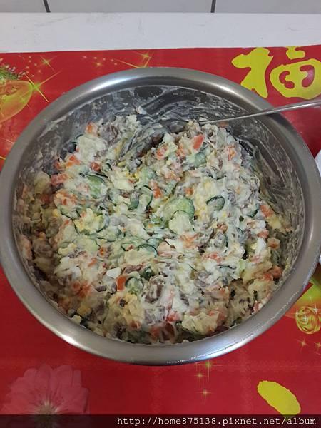 將所有食材倒入同一鍋中後,攪拌