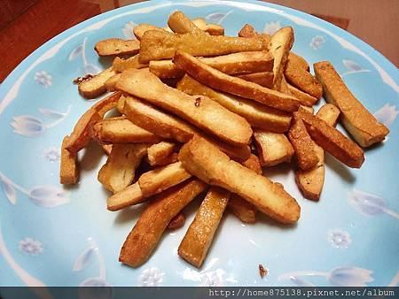 豆干炒到外酥黃內軟,盛起備用