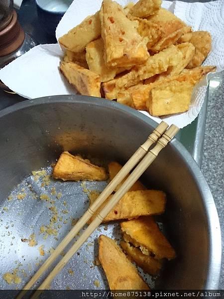 均勻地在地瓜薯條上,灑上白胡椒粉和梅子粉