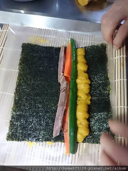 再放上紅蘿蔔、小黃瓜、牛腱(心)