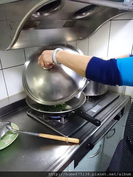 手拿著鍋蓋檔油