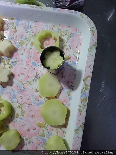 青花菜的梗去老皮、切厚片後,用菜模壓出花的形狀
