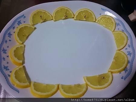 檸檬切片後,擺盤,沿著盤子圍一圈