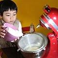 粉類過篩倒入奶油糖中攪拌
