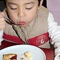 享受草莓蛋糕中