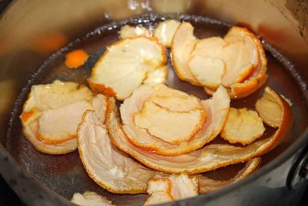 以滾水煮橘皮去苦澀