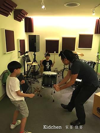 三人用音樂跳舞.jpg
