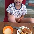 Zach和早餐.jpg
