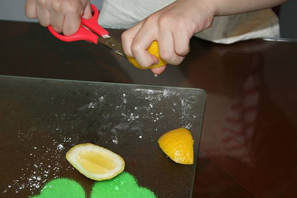 將檸檬皮剪碎