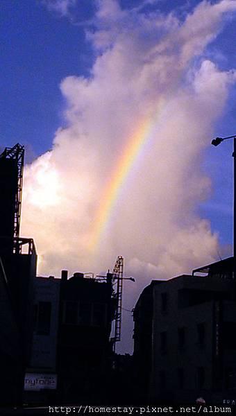 傍晚出現一道彩虹