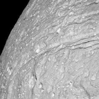 伯利恩近距離照片的天文學家說,這個狀若馬鈴薯的衛星與他們以往看過的任何天體都不同.jpg