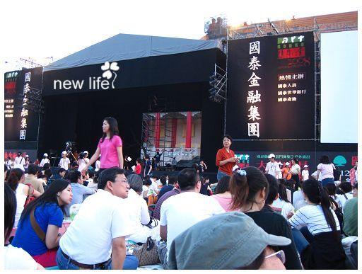 舞台兩旁也有大螢幕唷