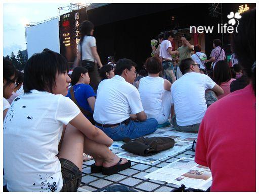 雲門公演一貫的傳統,席地而坐