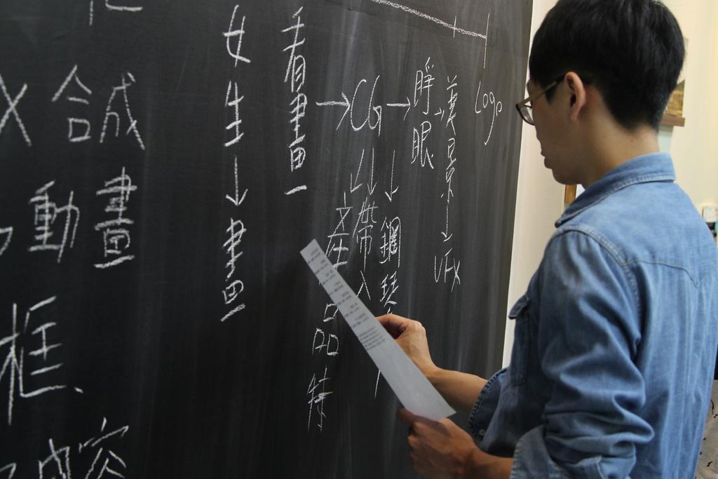 技術人員將自己的想法寫到黑板上.JPG