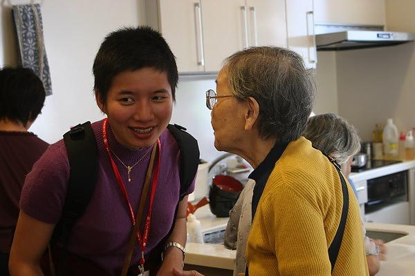 奶奶和依瑩分享小秘密