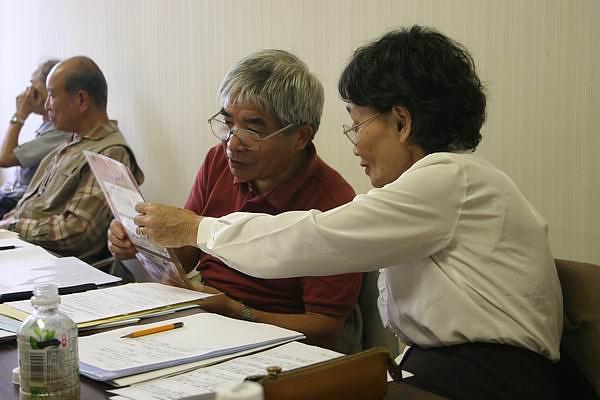 NALC 橫浜代表正在看我們貨幣樣本