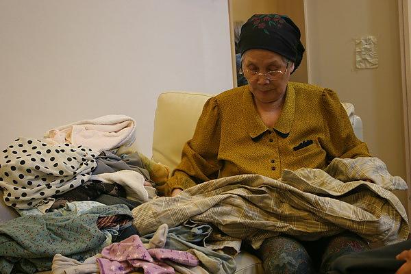 奶奶在幫忙摺衣服