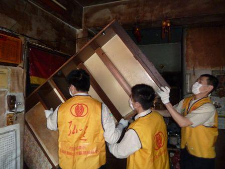 將木櫃搬出狹小的門.JPG