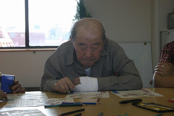 爺爺手痛還是在做手工藝